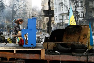 Musician plays the piano at the barricades in Kiev