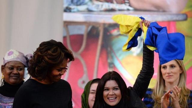 Ruslana hoists her lucky Ukrainian flag into the air upon receiving her award for bravery.