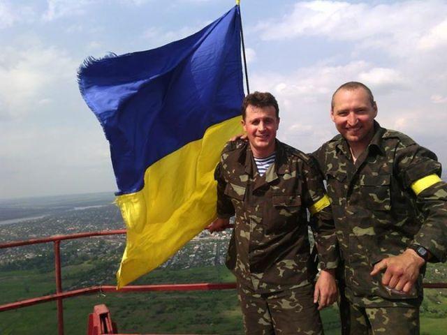 Myroslav Gai and Serhiy Shevchuk with the Ukrainian flag atop the Slovyansk TV tower (photo by M. Gai)