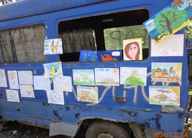 Drawings and letters of children sent to the ATO zone - a universal phenomenon in the camps of soldiers. As they head out to their daily missions, the soldiers pass by these makeshift stands. They say - it's inspiring (photo - Yuri Kasyanov)