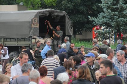 Ukrainian Army giving out humanitarian aid in Sloviansk.