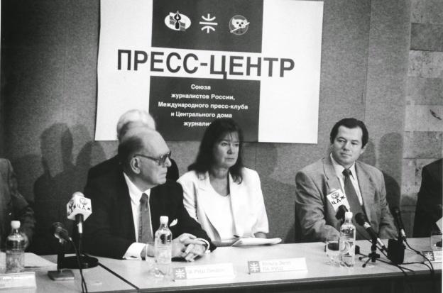 Der amerikanische Faschist Lyndon LaRouche, seine Frau und Kollegin Helga Zepp LaRouche und der damalige Putin Berater Sergej Glasjew, damals Vorsitzender des Wirtschaftsausschusses des russischen Parlaments, Juni 2001