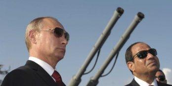 Foto: REUTERS / Alexei Druzhinin Russlands Präsident Wladimir Putin (links) und der ägyptische Präsident Abdel Fattah al-Sisi besuchen eine Begrüßungszeremonie an Bord des Lenkraketenkreuzer Moskwa im Schwarzmeerhafen von Sotschi, 12. August 2014.