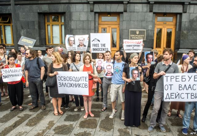 Picket in support of Paul and Dennis Yurova Hryschuk in front of the SBU in Kyiv, May 28, 2014