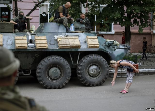 A resident of Sloviansk welcomes Ukrainian soldiers, 15 July 2014
