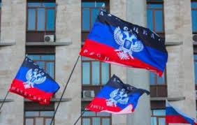 Wehende Flaggen der Donezker Volksrepublik - Foto: apotime.ru