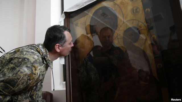 Igor Strelkov kissing icon, July 10, 2014