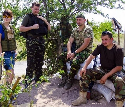 The Ukrainian military has repeatedly rescued journalists (In the photo by Jana Dobronosovoy: Khrystyna Bondarenko with soldiers of the National Guard).
