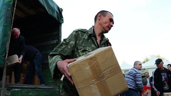 Разгрузка гуманитарной помощи в Донецке. Еще в конце апреля.