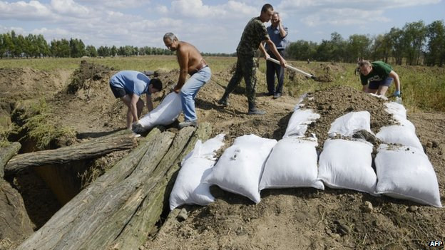 Residents of Mariupol are digging trenches to help Ukrainian soldiers defend the strategic port city. Photo: EPA