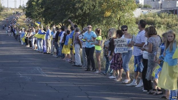 Residents of Mariupol form a human chain in protest against Russia's actions. Photo: EPA