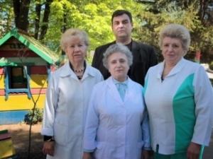 Anatoli Sadownik mit Krankenschwestern, Quelle: 048.ua
