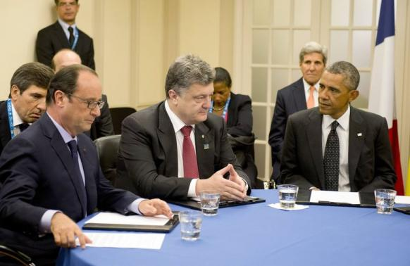 French President François Hollande, Ukrainian President Petro Poroshenko and U.S. President Barack Obama meet to discus Ukraine at the NATO summit at the Celtic Manor resort, near Newport, Wales September 4, 2014.    REUTERS/Alain Jocard/Pool