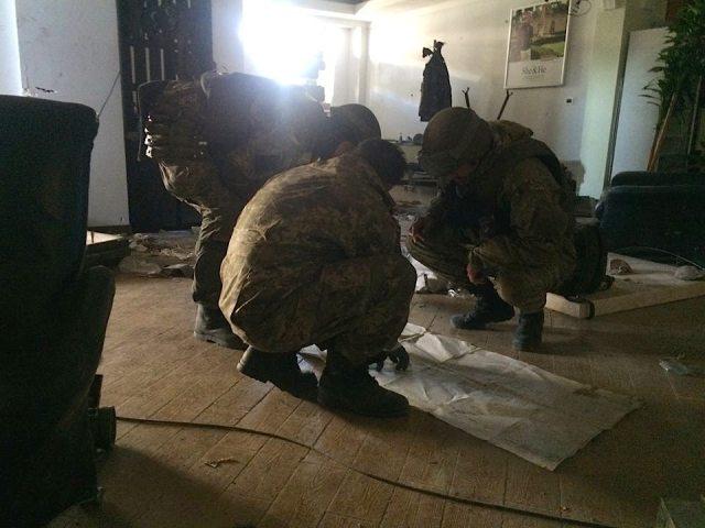 Planning strategy at Donetsk airport. Photo: Iurii Biryukov