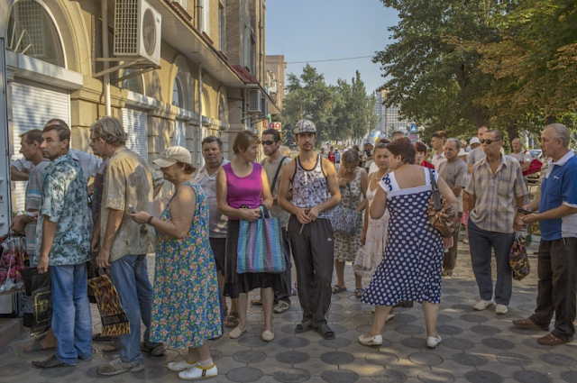Bread line, Luhansk. Photo New York Times.