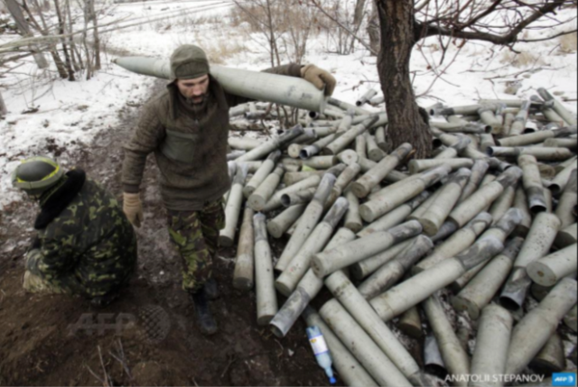 Ukrainian artilleryman near Pisky village carries a shell, Dec. 9, 2014. Photo: Anatolii Stepanov, Agence France-Presse