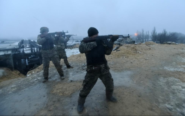 Ukrainian servicemen fire their weapons during fighting with pro-Russian separatists in Pisky village, near Donetsk January 21, 2015. REUTERS/Oleksandr Klymenko