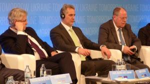 Karl-Georg Wellmann , CDU, (links), Peer Steinbrück, SPD, (rechts) und der Geschäftsmann Dmytro Firtasch. Bild © DW / Eugen Theise