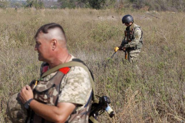 Ukrainian sappers during removal of landmines near Luhanske, September 30, 2015. Source: http://www.radiosvoboda.org/media/photogallery/27214013.html