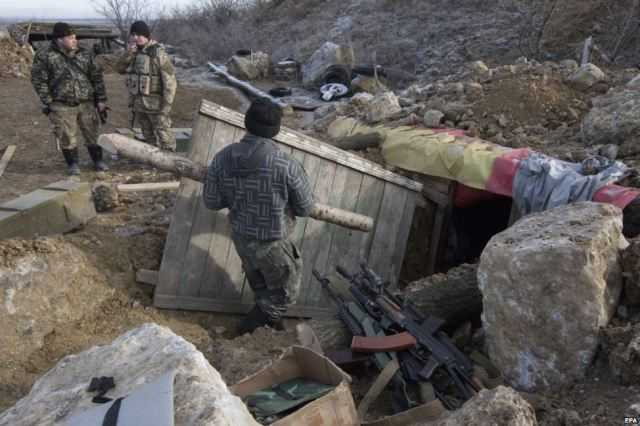 Ukrainian military strengthen a dugout at their positions near the town Dokuchajevsk, Donetsk region, December 10, 2015 Source: http://www.radiosvoboda.org/media/photogallery/radio-svoboda-photo-diary/27400171.html