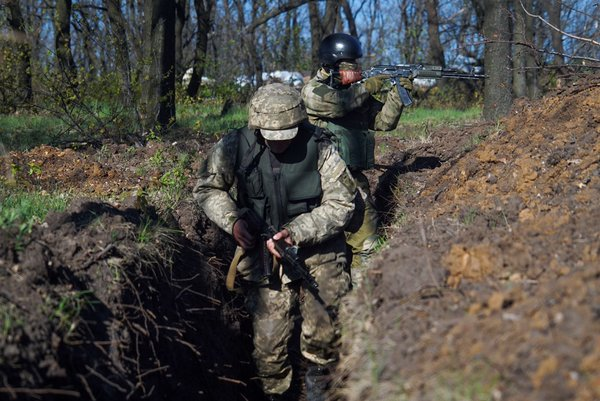 Ukrainian military servicemen control their position outside Avdiivka, eastern Ukraine, Saturday, April 16, 2016. Photo: AP