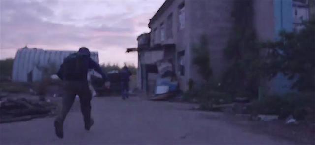 BBC correspondent Tom Burridge runs to avoid sniper fire in the industrial zone of Avdiivka, May 27, 2016. Photo: BBC video screenshot