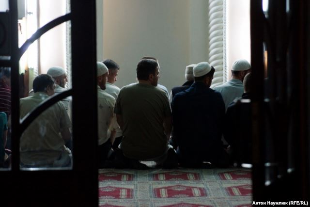 Believers in a mosque in Bakhchysarai. Photo: Anton Naumlyuk