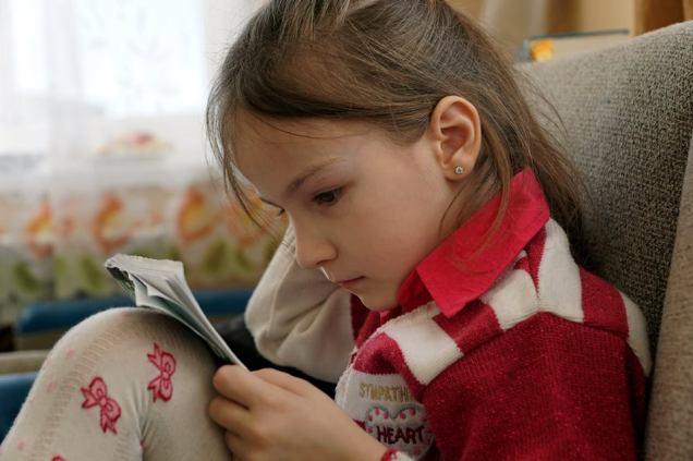 Safie Kuku, daughter of Emir-Huseyn Kuku, with her notebook. Photo: Anton Naumlyuk